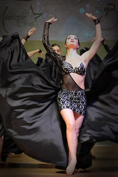 danseuse orientale avec magnifique costume