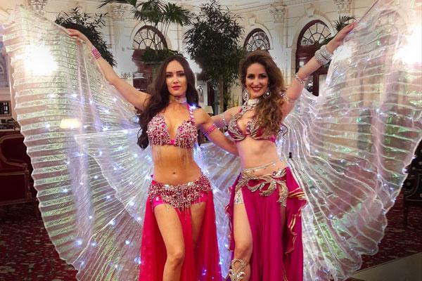 danseuse orientale paris avec des ailes d'isis