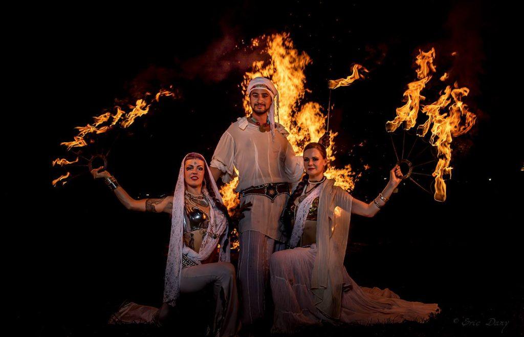 danseuses et cracheur de feu orientale