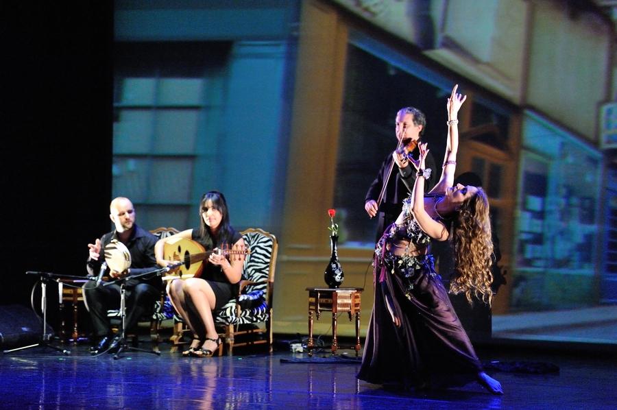 danseuse orientale dans un spectacle de danse orientale a paris