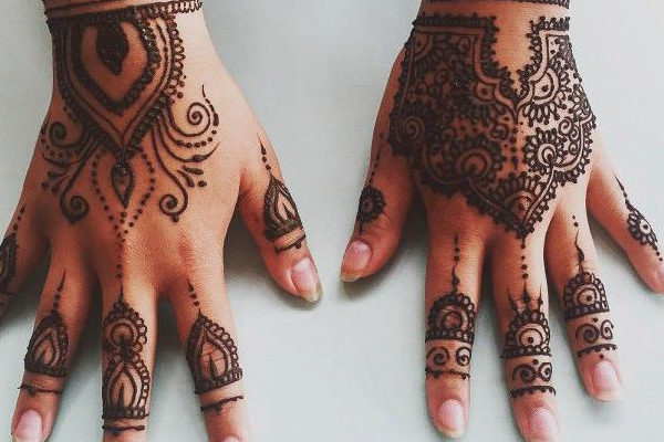 tatoueuse de hénné orientale